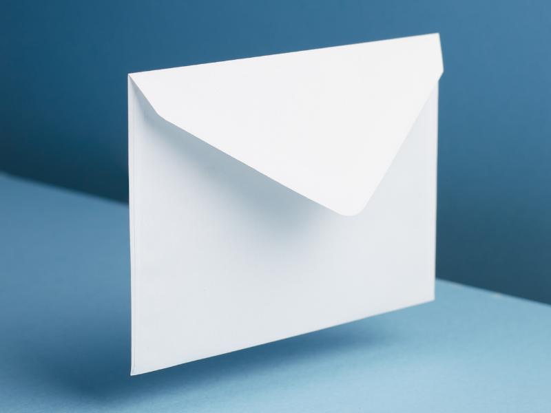 Weißer Umschlag auf blauem Hintergrund